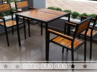 Bộ bàn ghế chân sắt mặt gỗ thông pallet BGS1